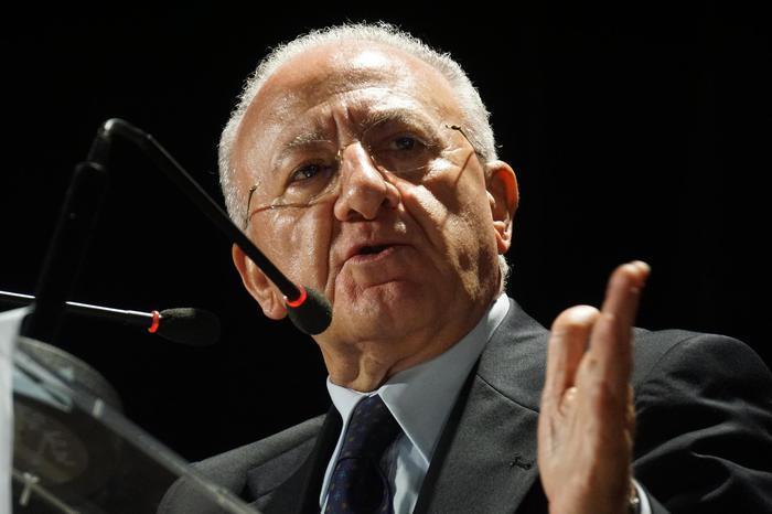 Il presidente della Regione Campania, Vincenzo De Luca, durante un convegno sul Sì al referendum, Pomigliano d'Arco (Napoli), 21 novembre 2016. ANSA/CEASARE ABBATE